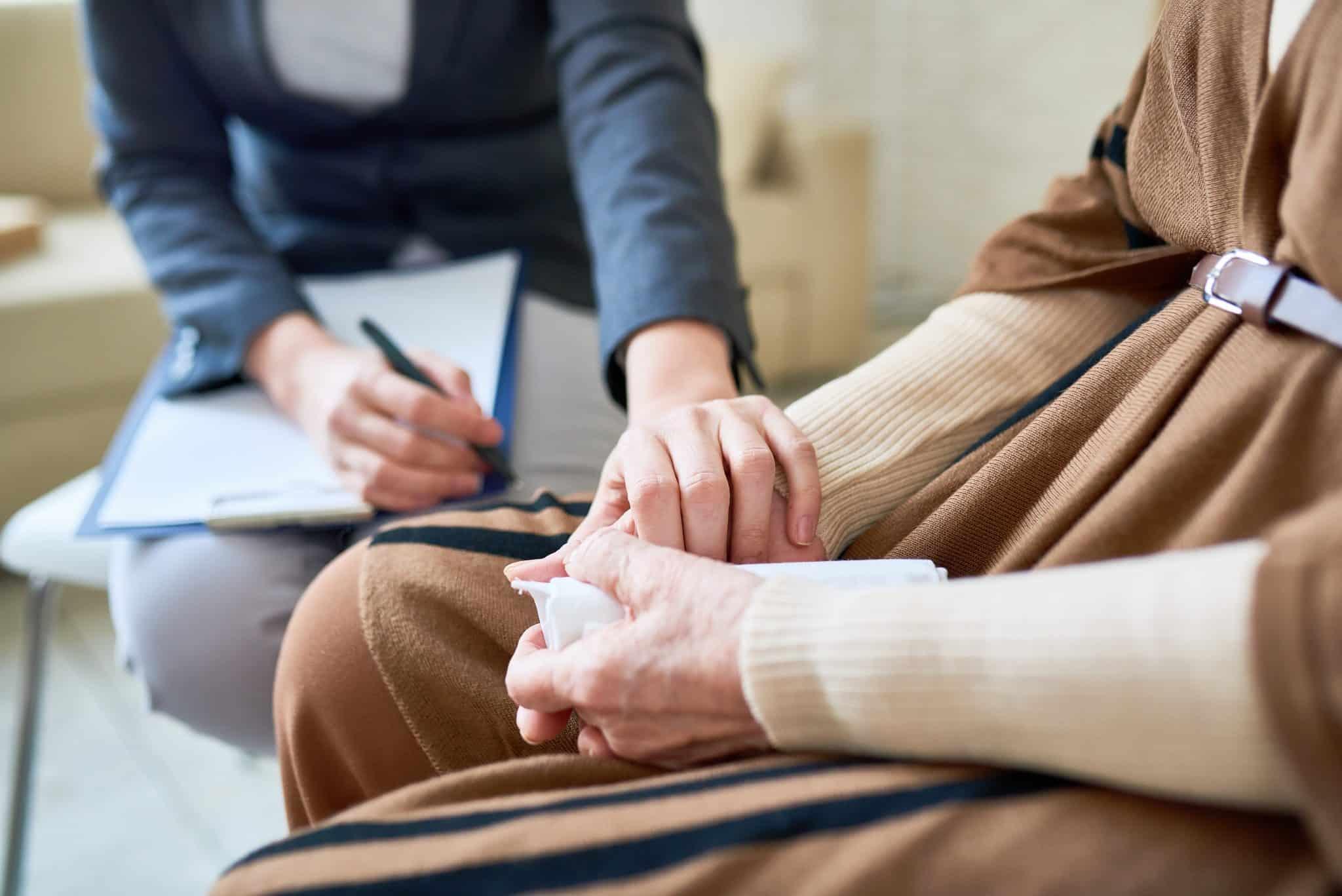 Therapeutin behandelt die Sprechstörungen eines Mannes